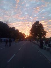 Sonnenuntergang in der Scheidemannstraße neben dem Bundestag